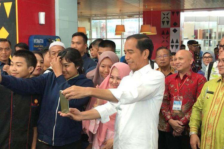 Presiden Joko Widodo saat meninjau Bandara Depati Amir, Kota Pangkalpinang, Bangka Belitung, Kamis (14/3/2019).