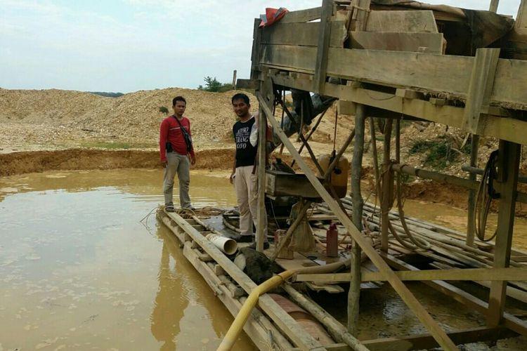 Petugas melakukan penyitaan terhadap barang bukti tambang emas tanpa izin di pulau pencong, kuansing