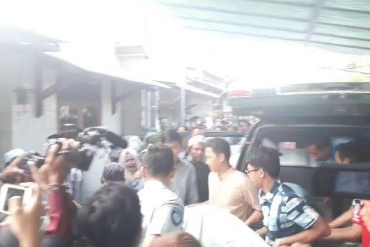 Suasana saat dua jenazah korban kecelakaan maut Tol Cipali asal Bekasi tiba di Rumah duka, Perumahan Taman Wisma Asri, Bekasi Utara, Kota Bekasi, Senin (17/6/2019).