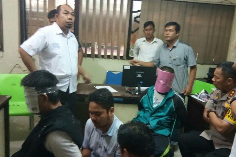 Dua pelaku Teroris yang ditangkap Polda Sumsel saat menjalani pemeriksaan