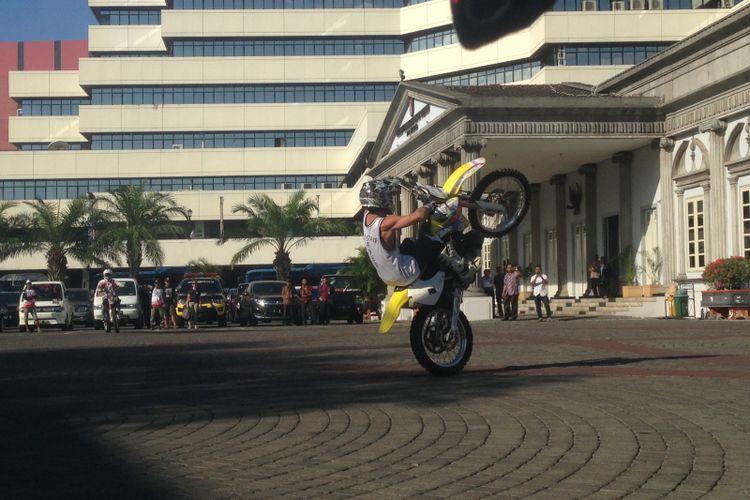 Freestyler melakukan atraksi sebelum kejuaraan dunia motocross ke 13 di Kota Semarang, Kamis (5/7/2018)
