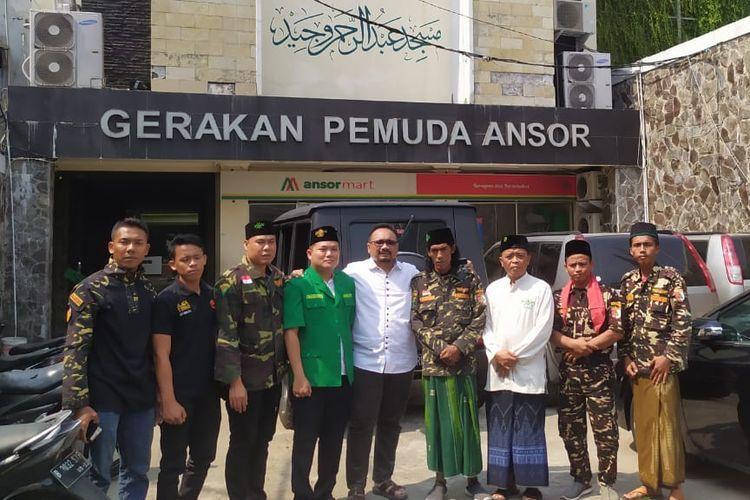 Maskhun Arif Hidayat (sarung hijau), warga Desa Bina Karya, Kabupaten Musi Rawas Utara (Muratara) Provinsi Sumatera Selatan yang berjalan kaki 876 kilometer dari rumahnya ke Jakarta untuk memenuhi nazar saat Jokowi jadi presiden.