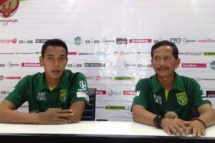 Pelatih Persebaya Djajang Nurdjaman ketika memberikan keterangan pers di Palembang, Sabtu (15/9/2018).