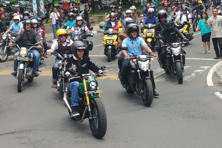 Presiden Joko Widodo kembali menunggangi motor Kawasaki w175 miliknya yang berwarna hijau. Kali ini, Jokowi melakukan touring singkat di Kota Bandung, Jawa Barat, Minggu (11/10/2018).