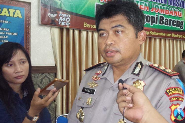 Kapolres Jombang, AKBP Fadli Widiyanto, menyampaikan perkembangan penanganan peristiwa keracunan puluhan siswa SDN Losari 2 Ploso, Kabupaten Jombang, Jawa Timur.