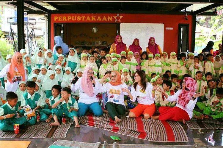 LSS Reboeng saat mengadakan acara mendongeng dengan anak-anak TK di Jakarta.
