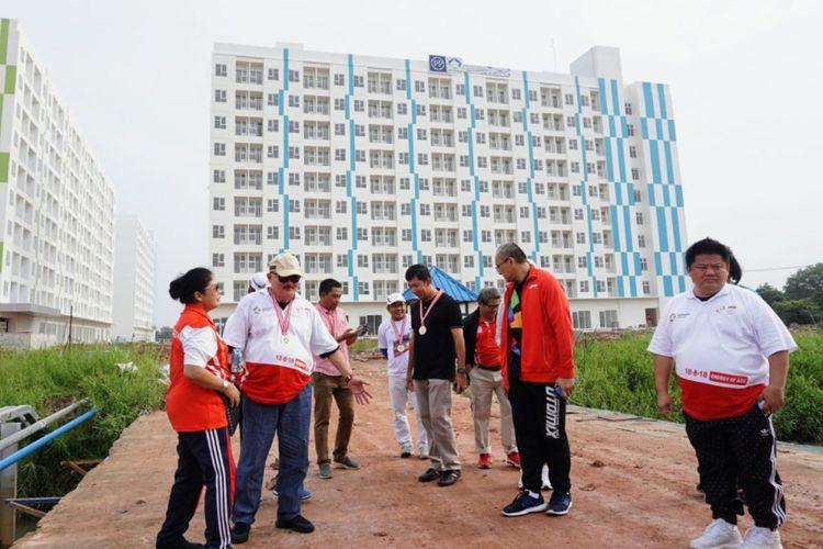 Gubernur Sumatera Selatan Alex Noerdin saat meninjau Rusunawa dan Rusunami yang disiapkan untuk Asian Games di Palembang, usai acara Fun Run, Minggu (1/7/2018)