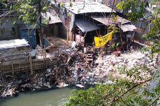 Warga Bantaran Kali Ciliwung Perluas Lahan dengan Tumpukan Batu, Camat Tebet: Nanti Saya Lihat