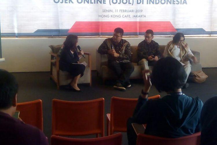 Ketua Tim Peneliti Research Institute of Socio-economic Development (Rised), Rumayya Batubara (kedua kiri) menjabarkan temuan lembaganya terkait wacana kenaikan tarif ojek online dalam jumpa pers di Jakarta, Senin (11/2/2019).