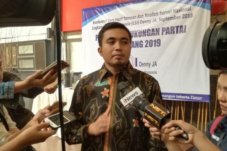 Peneliti LSI Denny JA Adjie Alfaraby dalam rilis survei di kantornya, Jakarta, Rabu (12/9/2018).