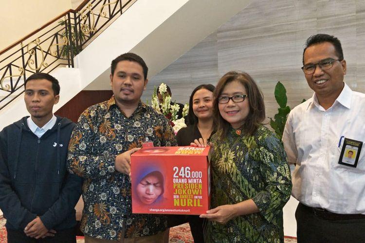 Tim advokasi kasus Baiq Nuril saat bertemu Deputi IV Kantor Staf Presiden Jaleswari, di Kompleks Istana Kepresidenan, Jakarta, Kamis (11/7/2019).