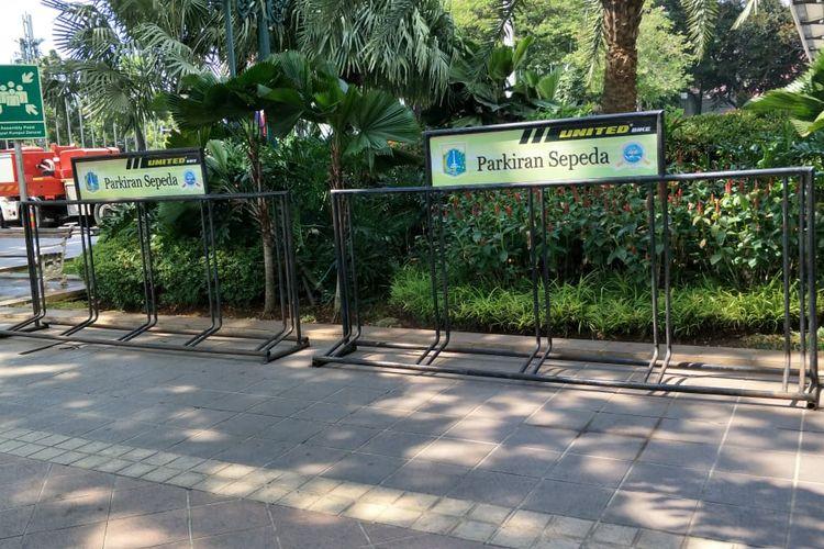Parkiran khusus sepeda yang semula di sisi barat halaman Blok G Balai Kota DKI Jakarta dipindahkan ke sisi timur halaman Blok G, Kamis (18/7/2019).