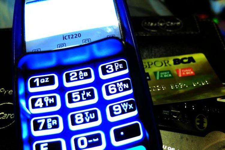 Ilustrasi. Mesin EDC, kartu ATM, dan uang elektronik.