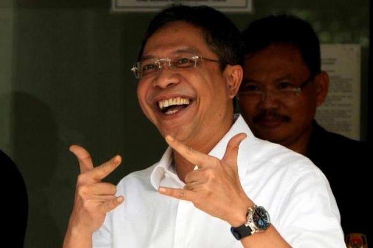 Terdakwa kasus dugaan korupsi impor daging sapi, Ahmad Fathanah, menunjukkan jarinya usai mencoblos dalam pemilu legislatif di ruang tunggu rutan KPK, Jakarta Selatan, 9 April 2014. Sebanyak 22 tahanan KPK menggunakan hak pilihnya pada pemilu legislatif kali ini.