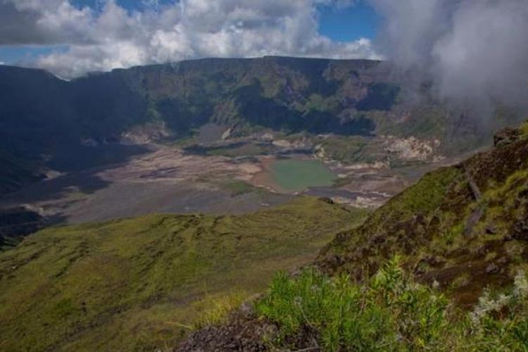 Kaldera Gunung Tambora, Dompu, Nusa Tenggara Barat, Minggu (22/3/2015). Gunung Tambora meletus dahsyat pada 10 April 1815 menyisakan kaldera seluas 7 kilometer dengan kedalaman 1 kilometer.