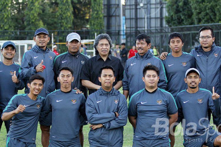 Skuad timnas U-19 berfoto bersama budayawan Emha Ainun Nadjib atau akrab disapa Cak Nun.