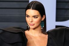 Kendall Jenner Pamer Kaki Jenjang di Pesta Piala Oscar