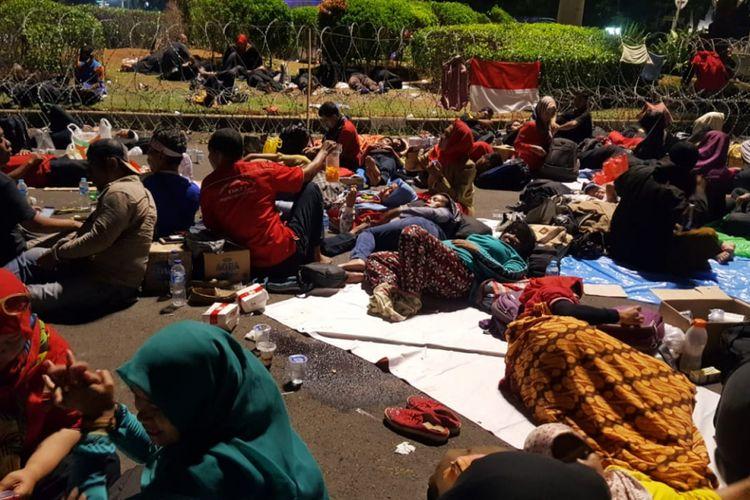 Para guru honorer melakukan aksi di depan Istana Negara menuntut Jokowi menuntaskan janjinya. (Dok. Forum Guru Honorer)
