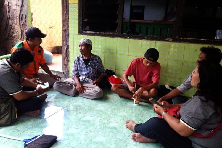 Amiruddin (tiga dari kiri) ditemani para relawan saat usai shalat Jumat di kawasan Masjid Jami Jombang, Jumat (18/1/2019). Perjalanan Amiruddin ke Banyuwangi akan dilanjutkan pada Sabtu pagi.