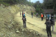 Jalan Rusak, Warga Blokade Akses Truk Penambang di Kaligintung