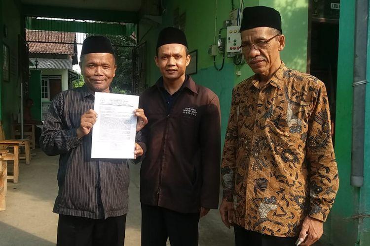 Kepala SMK NU 03 Kaliwungu Kendal saat memberi surat klarifikasi.