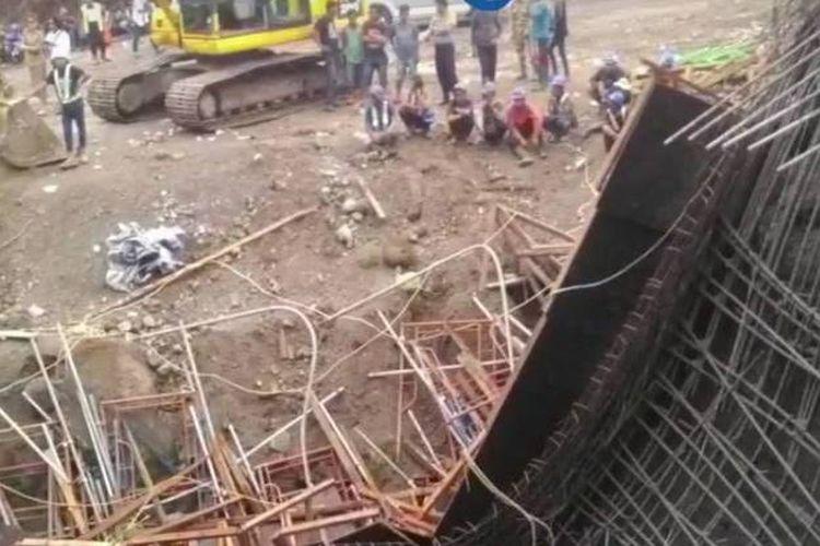 Bangunan proyek Jalan Tol Manado-Bitung di Desa Tumaluntung, Kabupaten Minahasa Utara, Sulawesi Utara, ambruk pada Selasa (17/4/2018) pukul 14.30 Wita.