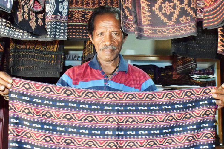 Tadeus Tara, seorang penjual kain tenun asal Kecamatan Mapitara di Pasar Alok, Maumere, Kabupaten Sikka, Nusa Tenggara Timur, Selasa (9/4/2019).