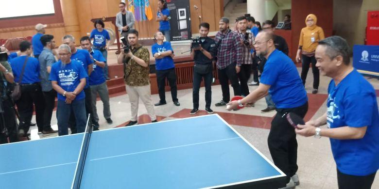 Rektor UT Prof. Ojat Darojat didampingi Direktur Kemahasiswaan Kemenristekdikti Didio Wahidin melakukan pemukulan bola pertama sebagai simbol dimulainya Tumamen Tenis Meja Pelajar Nasional Piala Universitas Terbuka ke-7.