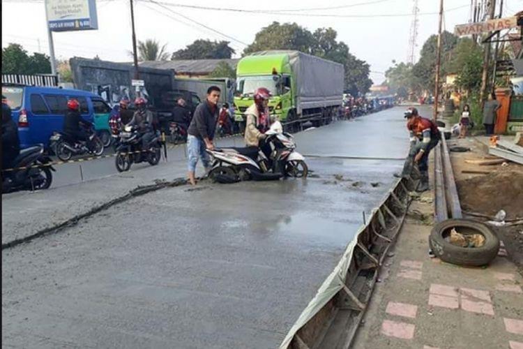 Pengendara motor terjebak ke cor beton yang masih basah