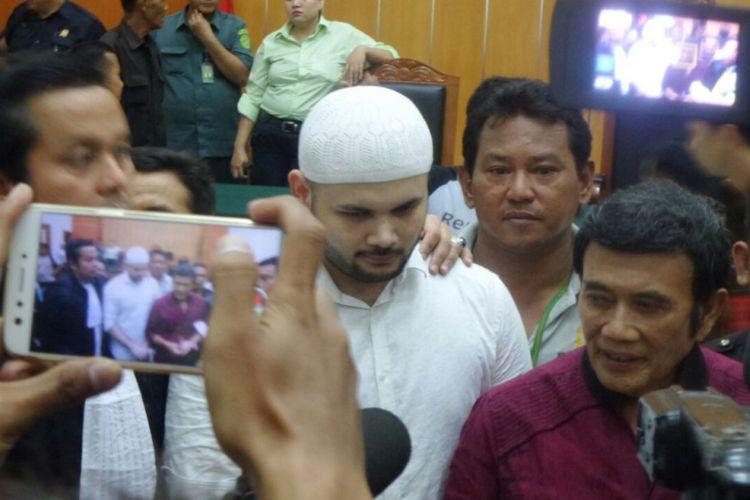 Ridho Rhoma (berbusana putih) dan ayahnya, Rhoma Irama, berbicara kepada media usai sidang putusan terhadap Ridho di Pengadilan Negeri Jakarta Barat, Selasa (19/9/2017).