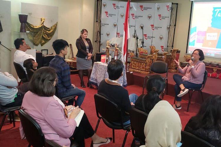 Kedutaan Besar Republik Indonesia (KBRI) Lima menyelenggarakan acara Talkshow dengan menghadirkan Trinity, penulis The Naked Traveler sebagai pembicara, Senin (29/10/2018).