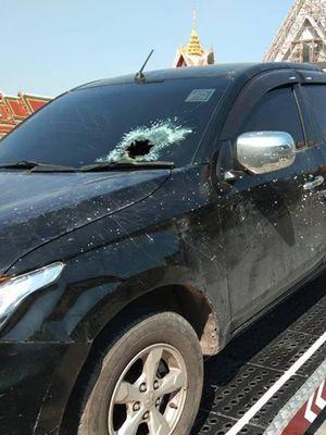 Mobil milik Ying Yupa Anan yang kaca depannya bolong setelah ponsel meledak.