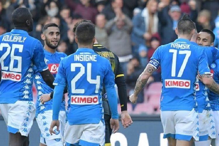 Para pemain Napoli merayakan gol Adam Ounas pada pertandingan Seria A Liga Italia melawan Frosinone di Stadion San Paolo, 8 Desember 2018.
