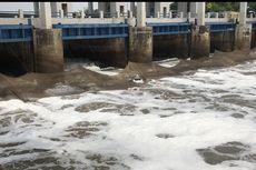 Limbah Rumah Tangga Penyebab Munculnya Busa di Pintu Air di Marunda