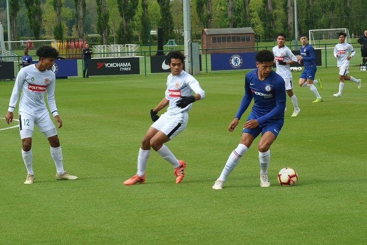 Aksi pemain Garuda Select (putih) saat melawan Chelsea U-16 di Lapangan Akademi Chelsea, Cobham Training Centre, London, Inggris. pada Sabtu (11/5/2019).