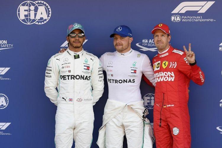 Lewis Hamilton, Valtteri Bottas, dan Sebastian Vettel berpose seusai sesi kualifikasi GP Spanyol di Sirkuit Catalunya, 11 Mei 2019.