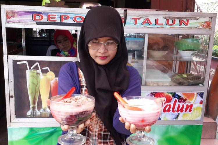 Es tape ketan item dan es buah yang menjadi menu andalan di Depot Es Taloen, Kota Malang, Jawa Timur, Minggu (29/4/2018). Depot itu melegenda sejak tahun 1950 dengan menu esnya.