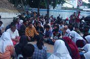 Para Pemain 'Surabaya Membara' Berdoa dan Tabur Bunga di Bawah Viaduk Jalan Pahlawan