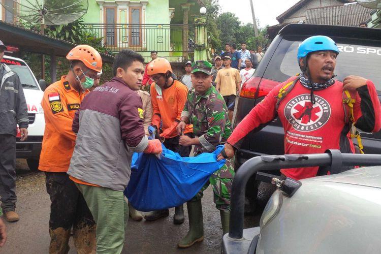 Proses evakuasi korban bencana longsor di Cisolok, Sukabumi, Jawa Barat, Selasa (1/1/2019).