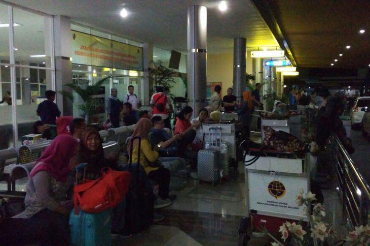 Sejumlah penumpang Wings Air dan Batik Air yang batal take off di Bandara Abdulrachman Saleh, Malang, Senin (21/8/2017)