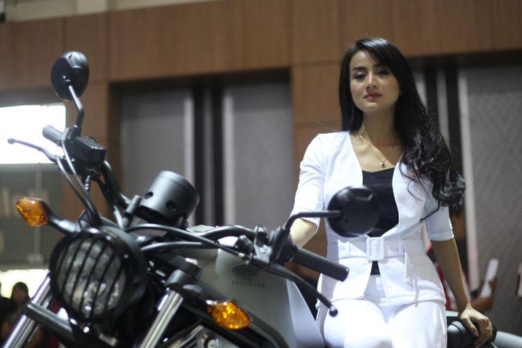 Para Sales Promotion Girl (SPG) berpose saat acara Gaikindo Indonesia International Auto Show (GIIAS) 2017 di Indonesia Convention Exhibition (ICE), BSD City, Tangerang, Banten, Jumat (11/8/2017). GIIAS 2017 akan berlangsung hingga 20 Agustus 2017