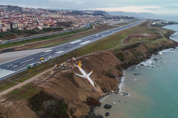 Posisi pesawat Boeing 737 milik Pegasus Airlines yang nyaris terperosok ke dalam laut saat mendarat di bandara Trabzon, Sabtu (13/1/2018).
