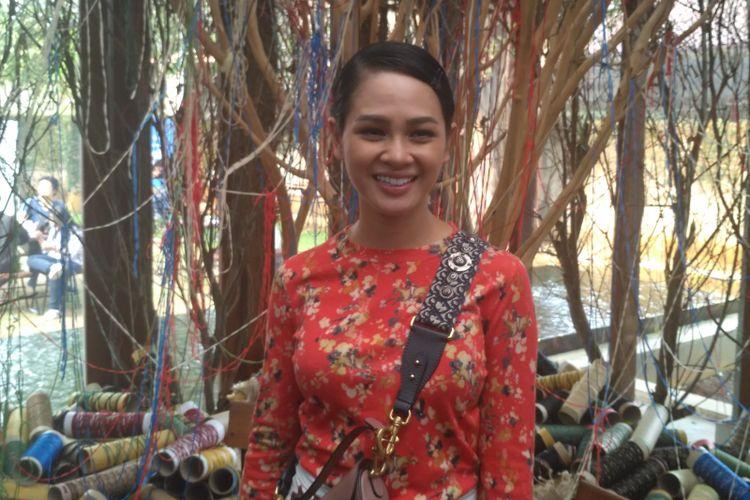 Penyanyi jazz Andien ditemui dalam Pameran Warna-Warna di Dia.Lo.Gue Art Space, Kemang, Jakarta Selatan, Selasa (28/8/2018).
