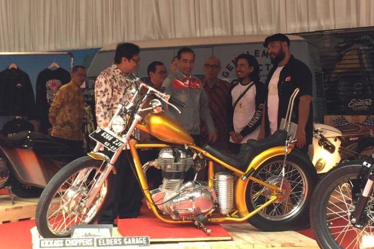 Presiden RI Joko Widodo menengok motor kustom di IIMS 2018