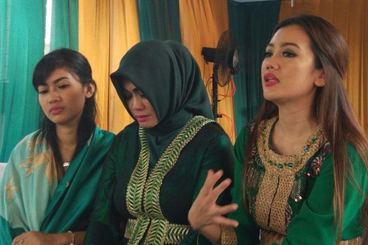 Pihak keluarga ketika diwawancarai di sela menggelar tahlilan 100 hari meninggalnya penyanyi Julia Perez, di Raffles Hills, Cibubur, Jakarta Timur, Minggu (17/9/2017).