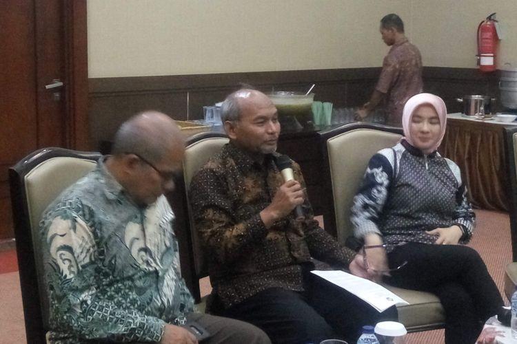 Direktur Jenderal Minyak dan Gas Kementerian ESDM Djoko Siswanto (tengah) saat konferensi pers di Kantor ESDM, Jakarta, Jumat (11/5/2018)