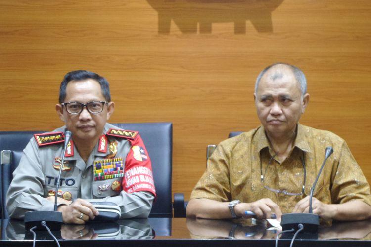 Kapolri Jenderal Pol Tito Karnavian (kiri) dan Ketua KPK Agus Raharjo (kanan) dalam jumpa pers di gedung KPK, Jakarta, Senin (19/6/2017).