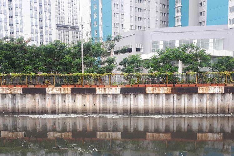 Busa berwarna putih muncul di Kali Sentiong, Kemayoran, Jakarta Pusat, Selasa (1/1/2019).