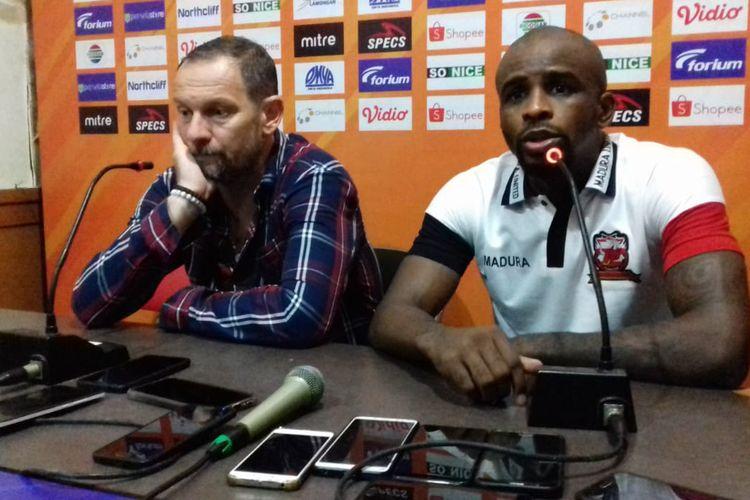 Pelatih Madura United, Dejan Antonic (kiri) dan Greg Nwokolo.
