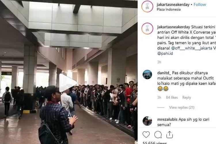 Antrean pembeli Off-White X Converse di Plaza Indonesia yang mengular jadi viral di media sosial.